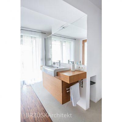 łazienka z dużym oknem Brzuska projektantka