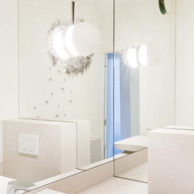 DS07 biała łazienka z lustrami